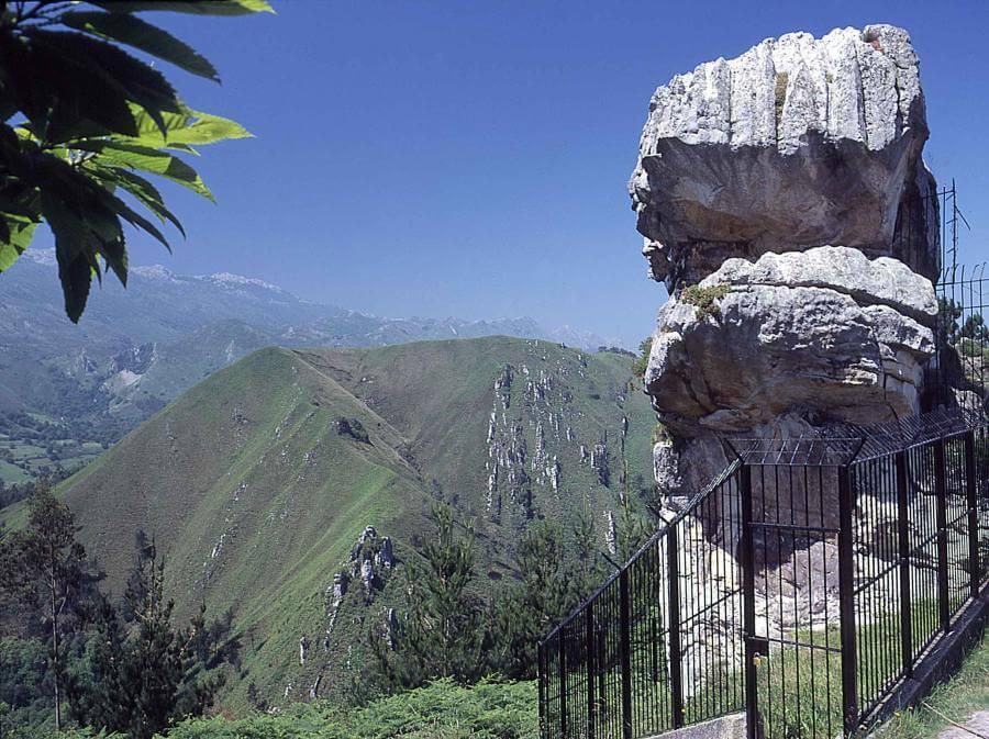 Idolo de Peña Tu. llanes. asturias.hotel puerta del oriente