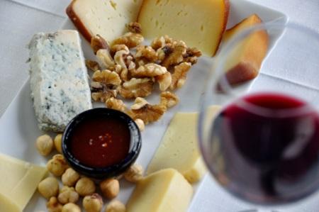 Escapada «Sabor» en Llanes con:Degustación de quesos  locales más cena  tradicional.
